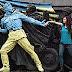 El monumento que cambia de color según el clima político