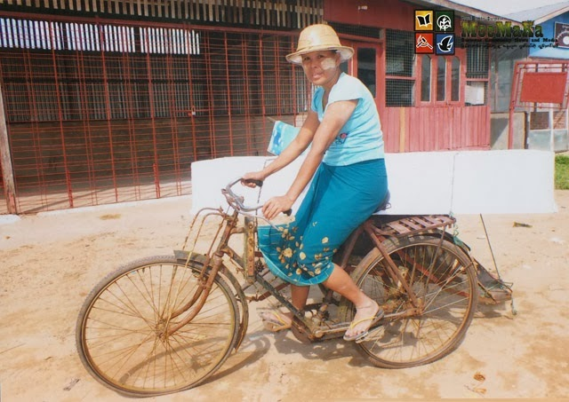 The lady transporting coffins on a trishaw