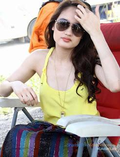 Foto Cinta Laura on Foto Cinta Laura Seksi Dengan Kaos Kuningnya   Mas Boo Rooms