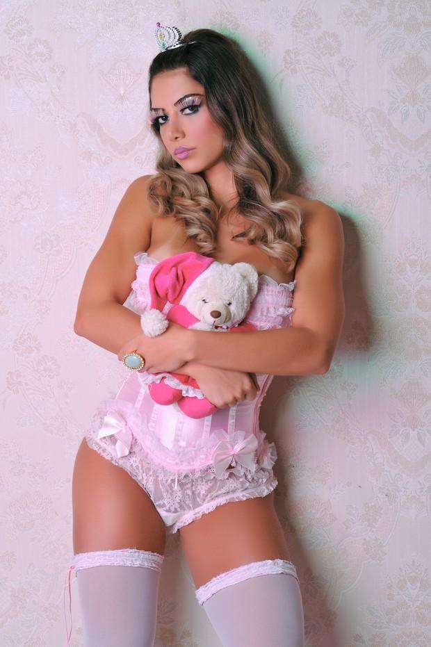 Graciella Carvalho posa de boneca e abraça um ursinho de pelúcia