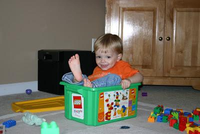 Niño jugando con piezas lego, estimulación cognitiva