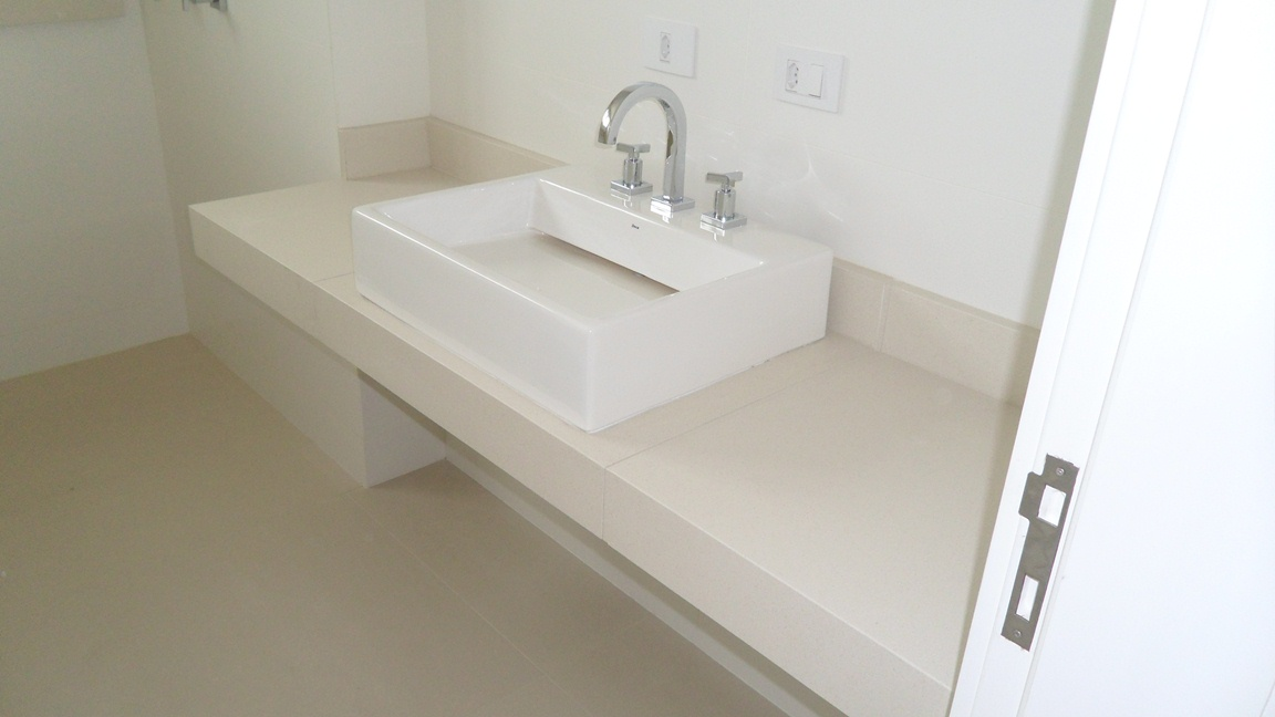 Bel Taglio , cortes especiais em porcelanato Banheiro com nichos em meia es -> Acabamento Banheiro Com Banheira
