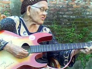 Nenek gaul sedang belanajar gitar acustic