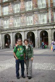 Edwin et moi de passage à Madrid lors de notre voyage de retour en Bolivie. Olé!
