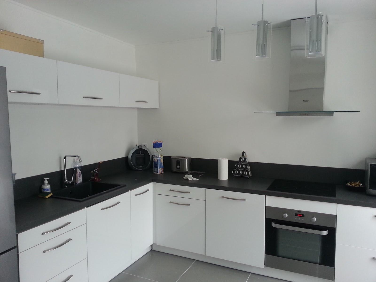 La maison de poppie cuisine for Plan de travail cuisine blanc laque