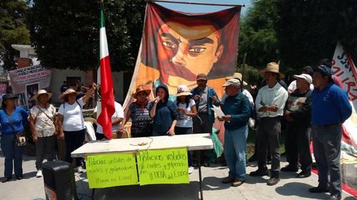 Ejidatarios reinstalan campamento en plaza de Tocuila, tras agresión