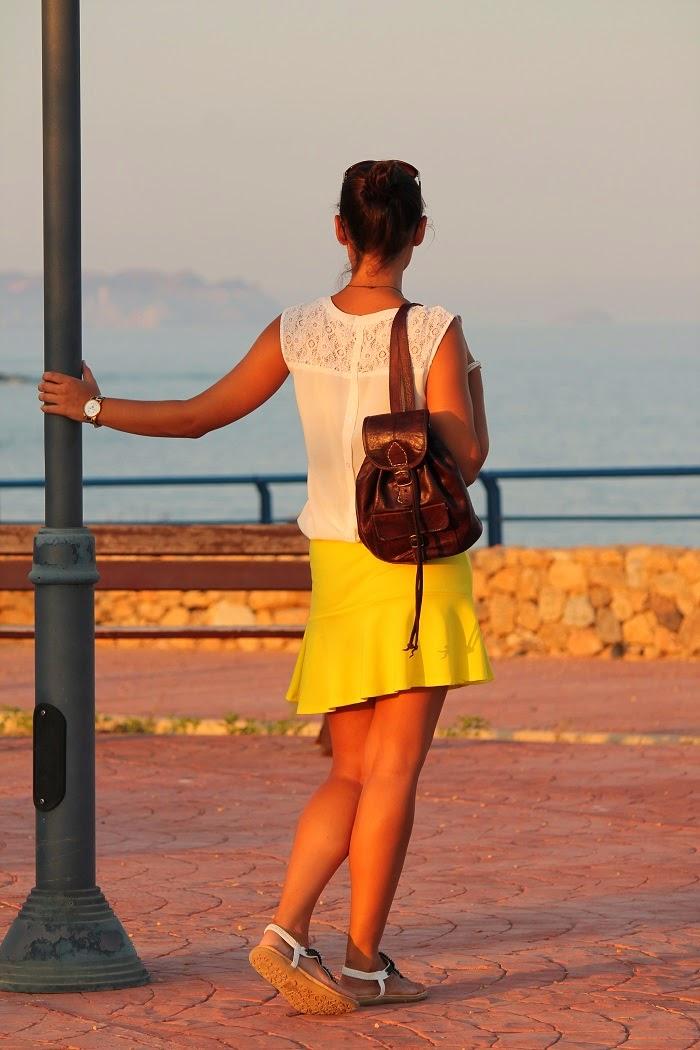 yellow trendy, como vestir de amarillo, sandalias planas, falda vuelo, mochila cuero, reloj leopardo, camisa blanca, blog moda alicante, look verano,