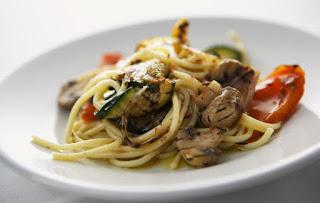 spaghetti ai funghi e verdure grigliate