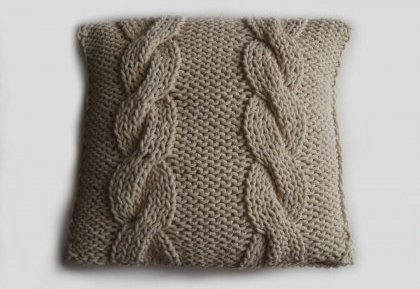 Relas cuscino a maglia con il motivo di treccia passo for Come disegnare un piano casa passo dopo passo