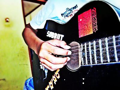 gambar teknik memetik gitar
