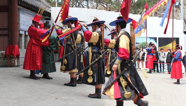 Saludos en el cambio de la guardia del palacio Deoksugung