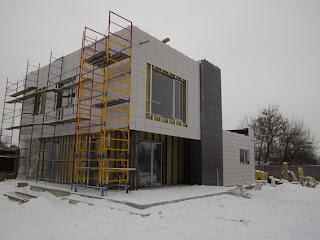 частично смонтированая плитка на фасад