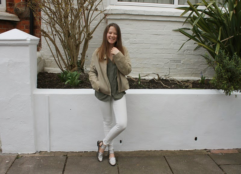 ootd, outfit of the day, outfit, blogger, fashion, fashion blogger, white jeans, khaki, blouse, khaki blouse, white, jeans, snake skin, snake skin shoes, leather jacket, leather, beige, h&m, h&m divided, mango, asos