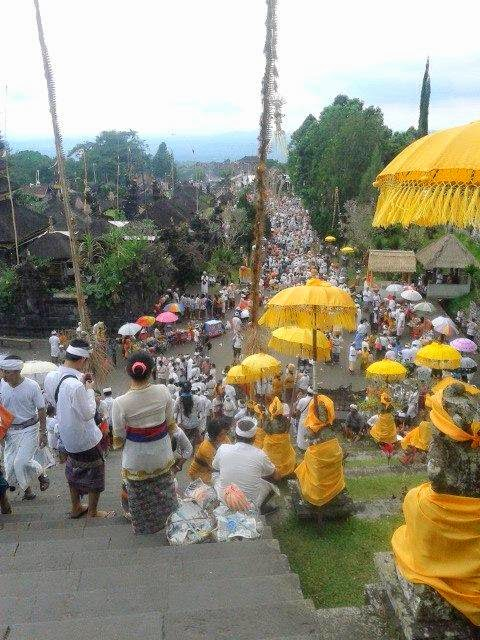 When the ceremony, Besakih Temple like an anthill