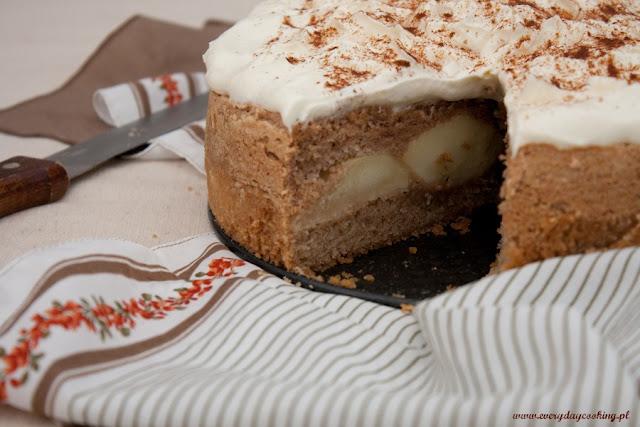 Cynamonowe ciasto z jabłkami i migdałową bezą