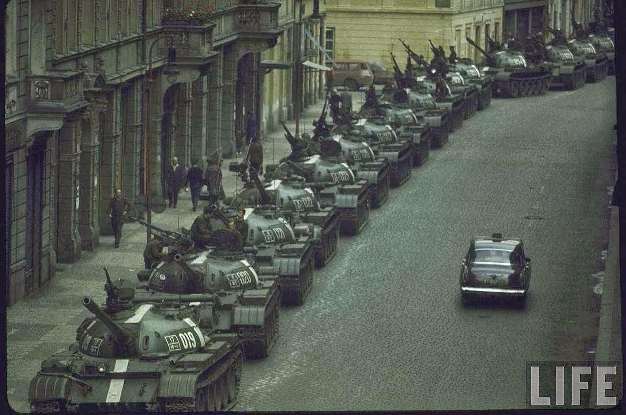 Tanques russos esmagam a Primavera de Praga, 1968. As ameaças de Putin dão nova vida a um sinistro passado.