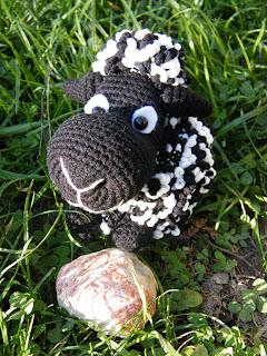 черная вязаная овечка