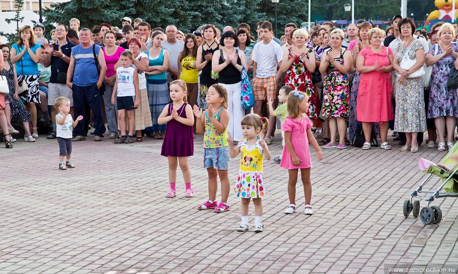 Зрители на открытии фонтанного комплекса Навеки с Россией, Саранск