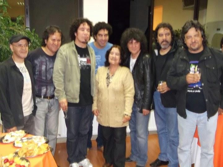 Evelina Rojas junto al grupo Illapu