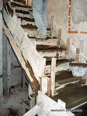 Construir en madera llenado del cofre de madera de la for Como hacer una escalera de cemento