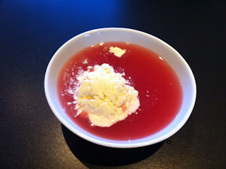 kold rabarbersuppe med vaniljeis