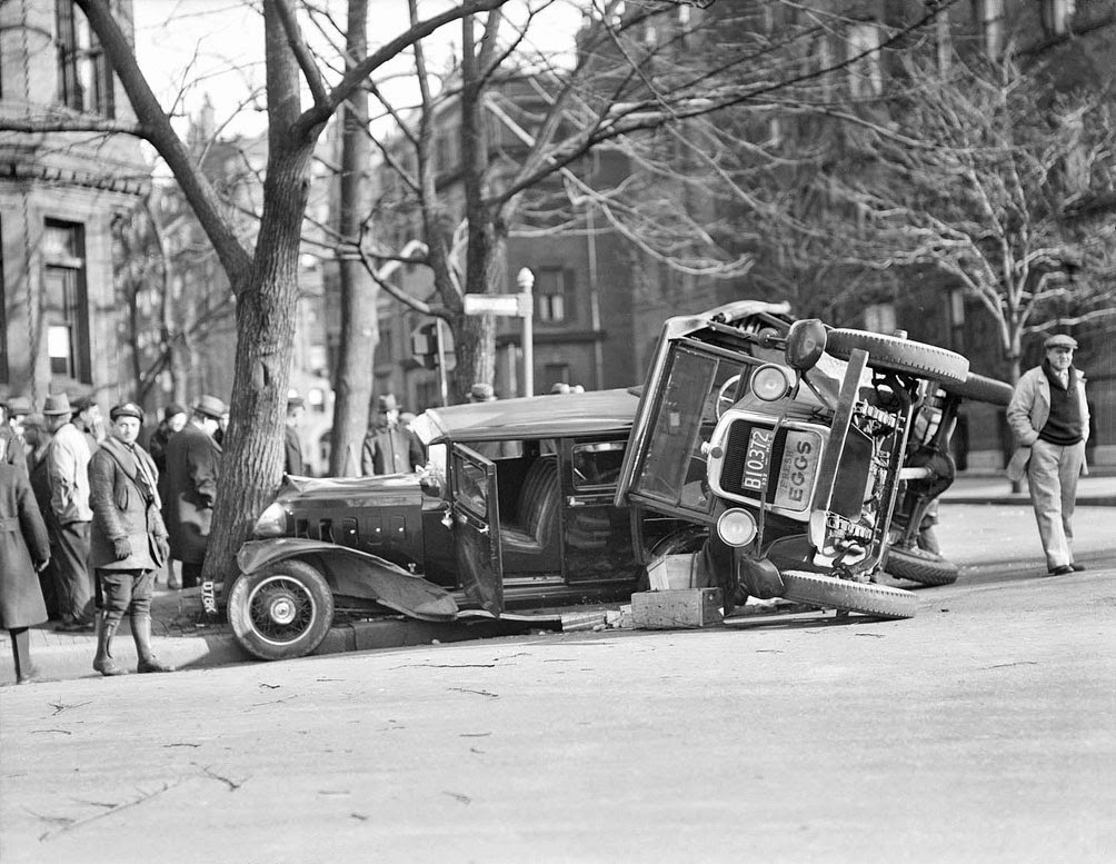 History in Photos: Vintage Car Wrecks