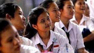 Guru SMAN 9 Bandung Menggunting Baju 16 Siswi