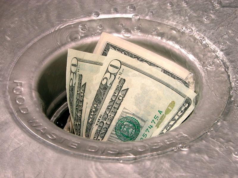 Глупые российские экономисты - пачка долларов в мойке