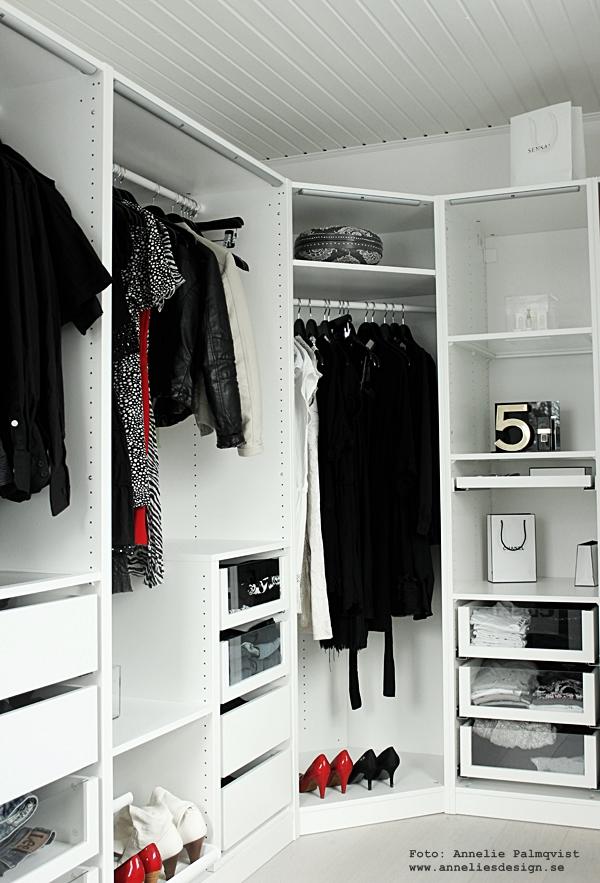 walk in closet, wic, garderob, svart vitt och rött. svart och vitt, svartvit, svartvita, ikea, pax, garderobssystem, hyllor, hylla, garderober, vitt,