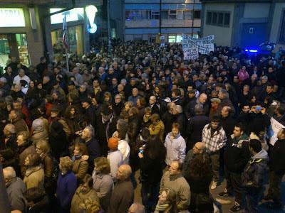 Manifestantes cortan la Calle Colón y emprenden el camino a Plaza Mayor por CAlle mayor