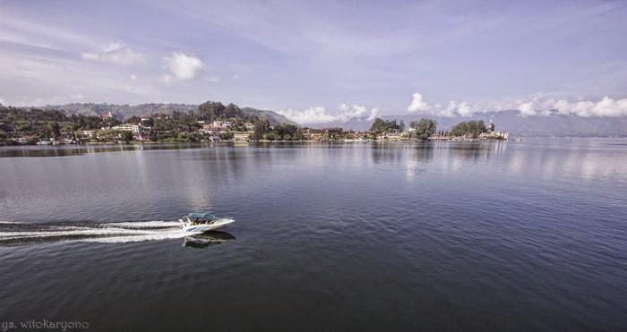 Speed Boat Tampak melintas membelah Danau Toba
