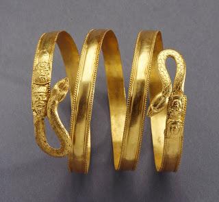 Brazalete de oro decorado con un motivo de serpiente. Primera mitad del siglo IV a.c.