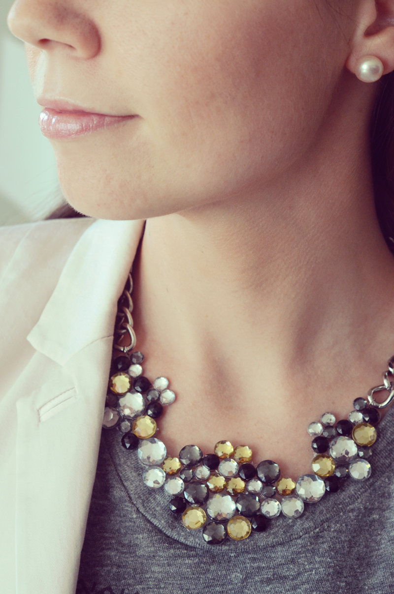 Create your own gemstone statement necklace with this easy tutorial.