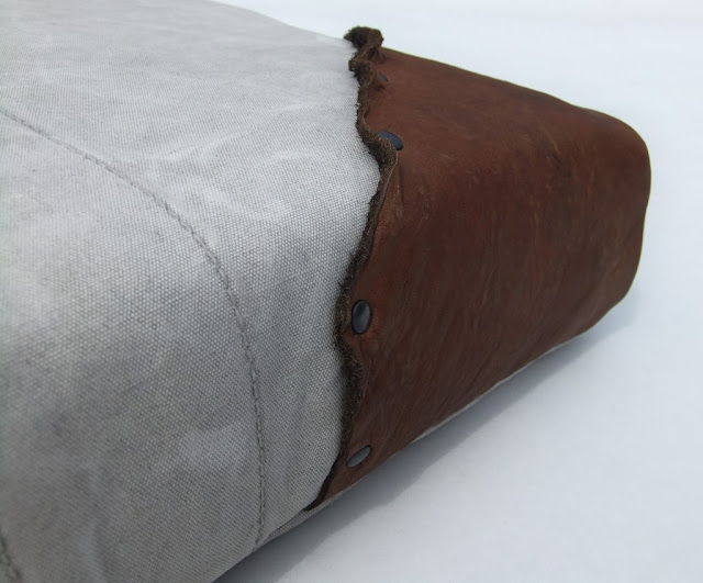 vintige-canvas-kussen-leren detail