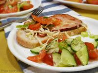 Sandwich cu muschi, ceapa, ardei si salata cu ierburi de Provence