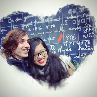 amoureux devant le mur des je t'aime photo encadré coeur