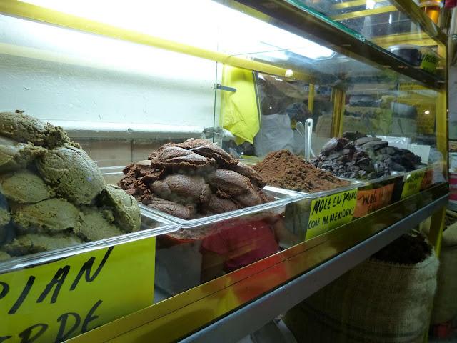 Diferentes tipos de pasta de mole en un mercado