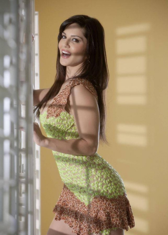 Sunny leone looks super fine in this sexy green short dress -  Sunny Leone in green short dress - Superhot pics