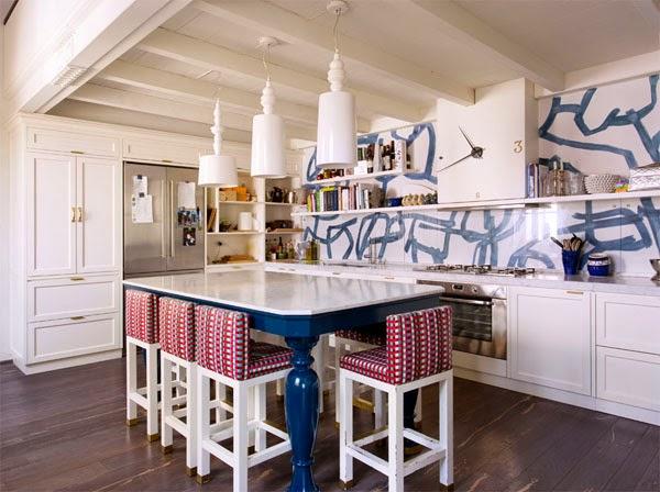 cocina blanca taburetes blancos tapizados lámparas techo blancas