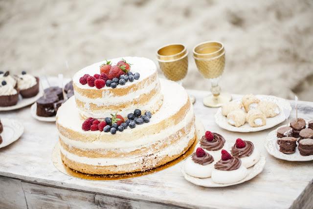 Słodki stół na plaży.