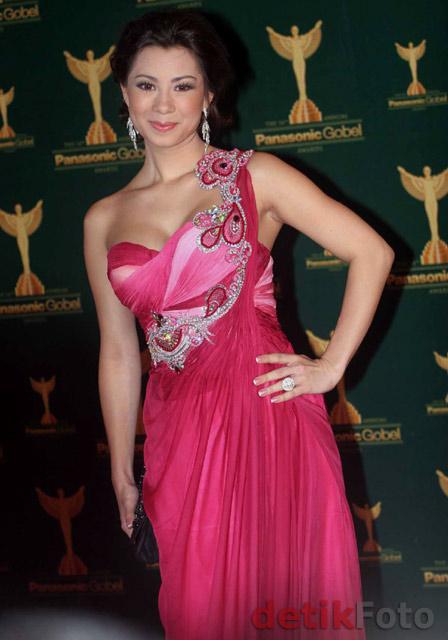 Foto Jennifer Kurniwan dengan Gaun Seksi