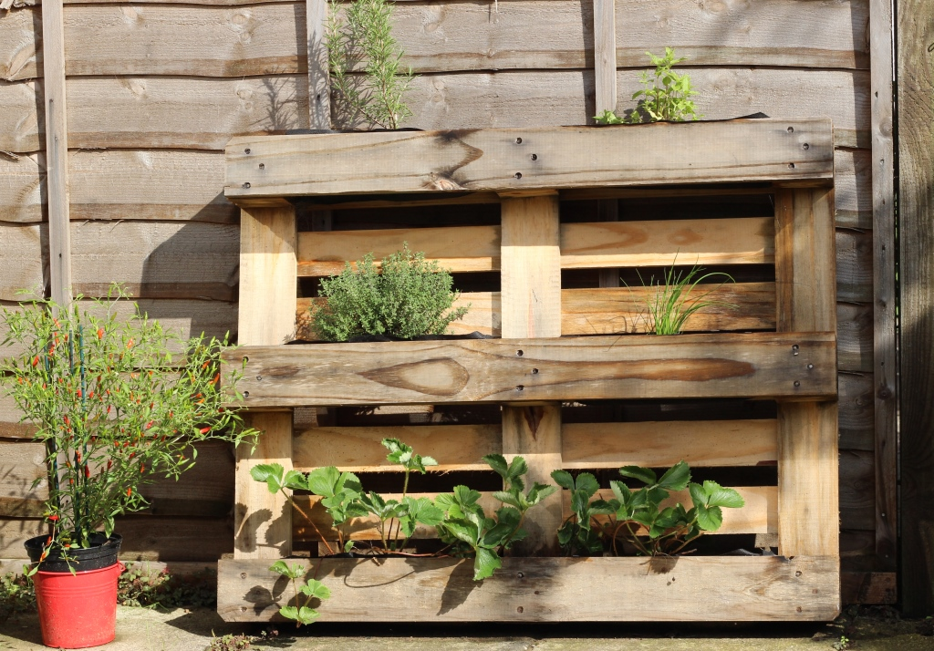 Floral And Feather Easy Diy Pallet Herb Planter