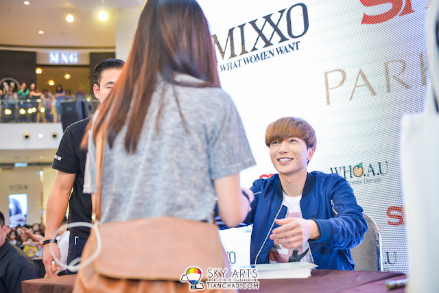 LeeTeuk was very friendly and pass autographed cardboard to the lucky winner. He does has a bright smile