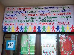Cartelloni sui portoni delle scuole