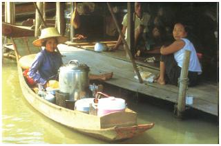 Masyarakat yang hidup di daerah sungai, memanfaatkannya sebagai sarana transportasi. (Sumber: Asean, The First 20 Years)