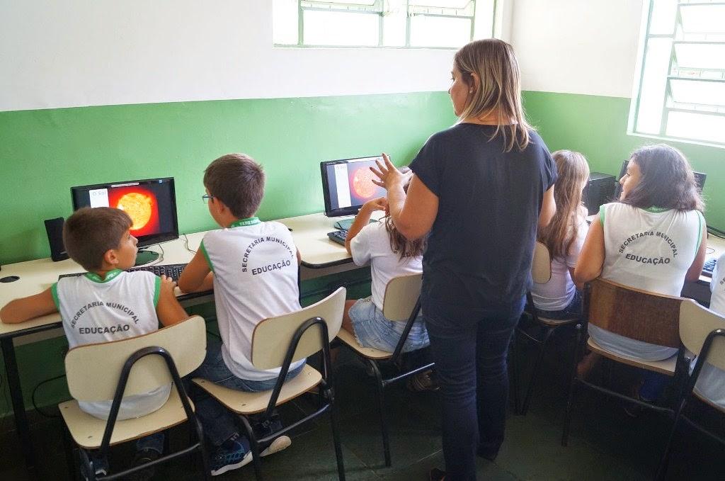 Alunos da Escola Municipal Sizenando Adolpho Tayt-Sohn aprendem com a informática