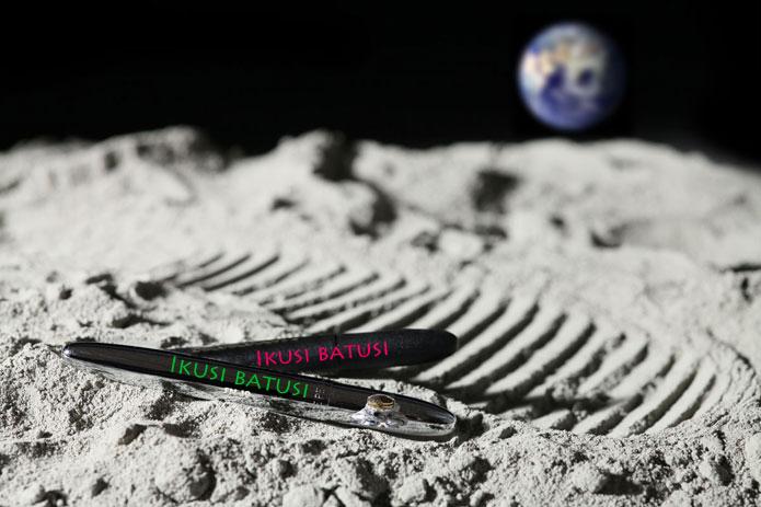 ikusi batusi en boligrafos caidos en la luna