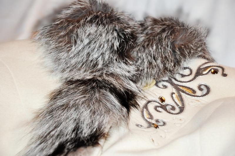 белое зимнее пальто с мехом чернобурки