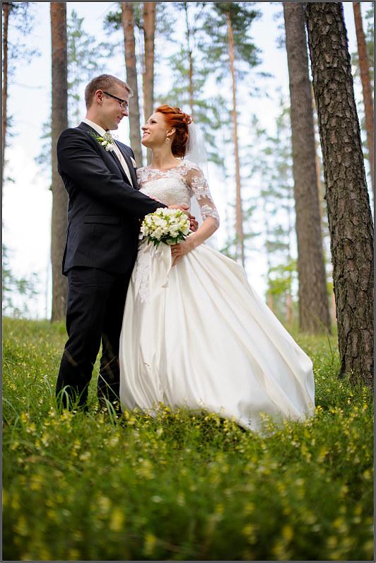 romantiška vestuvių fotosesija miške