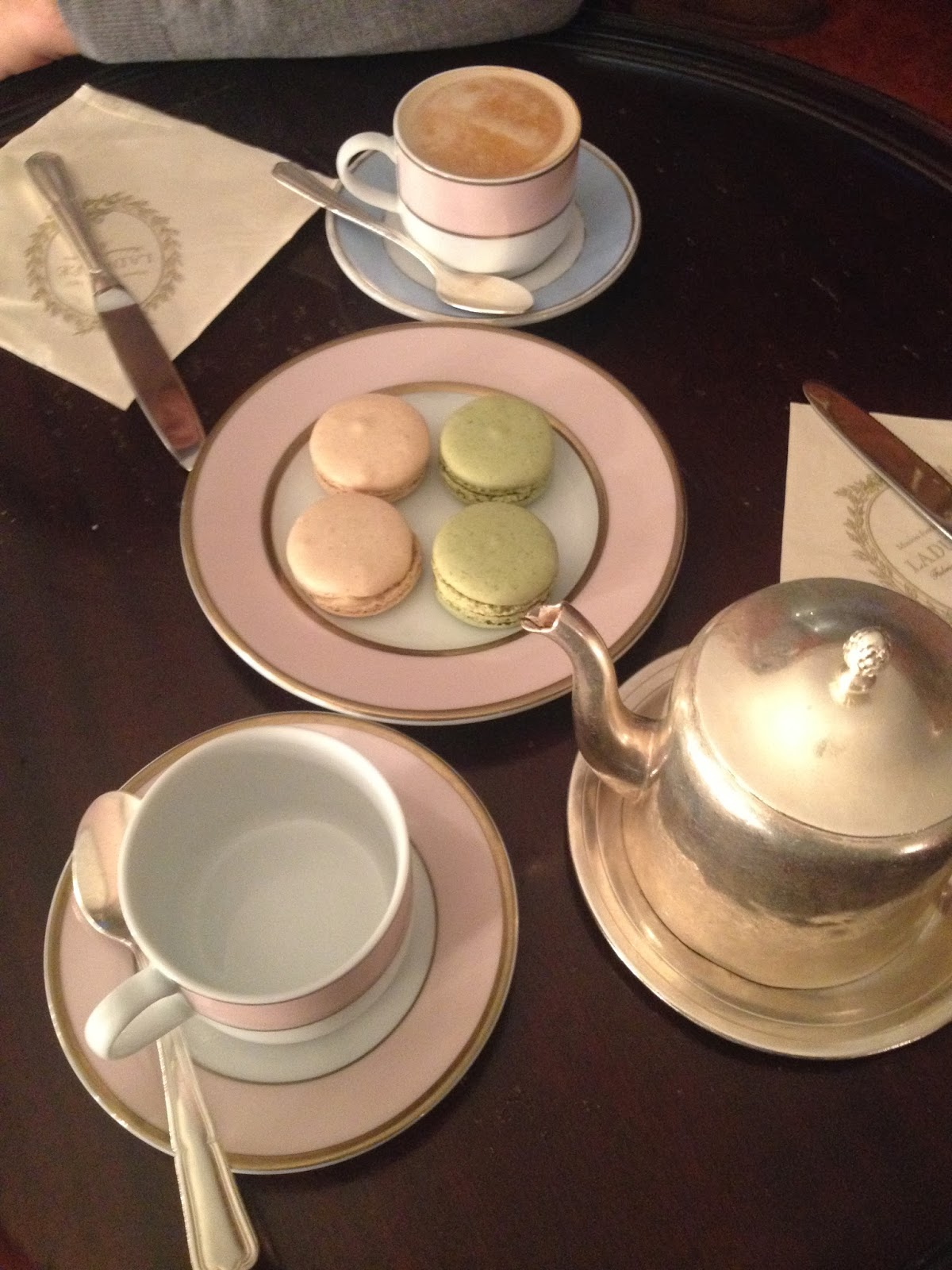 macaroons, laduree, laduree london, harrods, laduree harrods london, vanilla macaroon, pistachio macaroon, tea time, high tea, cappucino